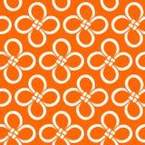 Modelo inconsútil del nudo chino de la hoja de trébol A mano Nudos blancos en fondo anaranjado brillante Ilustración del vector Imagen de archivo