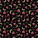 Modelo inconsútil del vector con las frutas del verano en fondo negro ilustración del vector