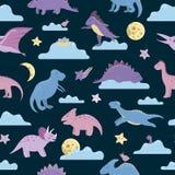 Modelo inconsútil del vector con los dinosaurios lindos en el cielo nocturno con las nubes, luna, estrellas, pájaros para los niñ libre illustration