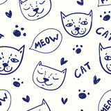 Modelo inconsútil del vector con los gatos en estilo del garabato del bosquejo Foto de archivo libre de regalías
