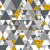 Modelo inconsútil del vector con los triángulos del oro Fotos de archivo libres de regalías