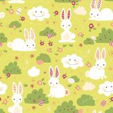 Modelo inconsútil del vector del conejito de pascua Conejitos lindos, huevos de Pascua, flores, nubes en fondo verde Ocultación d libre illustration