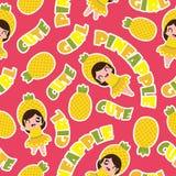 Modelo inconsútil del verano con las muchachas lindas de la piña en la historieta rosada del fondo para el papel pintado del vera Foto de archivo libre de regalías