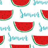 Modelo inconsútil del verano con verano pintado a mano de la frase de las letras del cepillo con la sandía colorida Imagenes de archivo