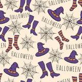 Modelo inconsútil dibujado mano colorida de Halloween del vector Incluye el sombrero de las brujas, medias, los zapatos y los web Fotografía de archivo