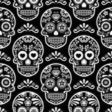 Modelo inconsútil en negro, cráneos blancos fondo, día de la celebración muerta, Calave del cráneo mexicano del azúcar del carame ilustración del vector