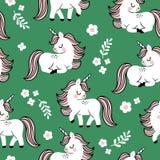 Modelo inconsútil exhausto del vector de la mano con unicornios lindos del bebé y flores en fondo verde stock de ilustración
