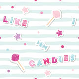 Modelo inconsútil festivo con las etiquetas engomadas lindas en fondo rayado Me gustan los caramelos Para la ropa de las muchacha Imagen de archivo libre de regalías
