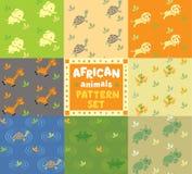 Modelo inconsútil fijado con los animales africanos divertidos Fotos de archivo libres de regalías