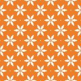 Modelo inconsútil floral blanco en fondo anaranjado Fotografía de archivo libre de regalías