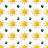 Modelo inconsútil infantil con los soles y los tréboles Trébol sonriente lindo del sol Buena suerte hojas del verde Día del ` s d libre illustration