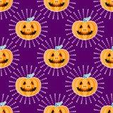 Modelo inconsútil jackolantern del feliz Halloween Calabaza de la linterna de Jack con los rayos Ejemplo del vector aislado en pú Foto de archivo