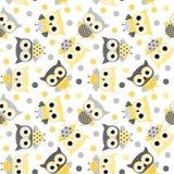 Modelo inconsútil lindo con los búhos amarillos y grises Imagen de archivo libre de regalías