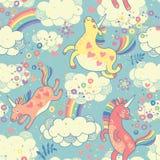 Modelo inconsútil lindo con unicornios del arco iris libre illustration