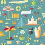 Modelo inconsútil plano del verano con los elementos estacionales holyday y del verano - palma, caso, airplan, sol, arena y otra  Imagenes de archivo
