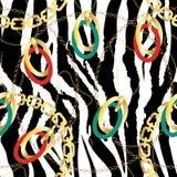 Modelo incons?til de la moda con las cadenas de oro y el estampado de zebra Fondo del dise?o de la tela con la cadena, accesorios imagen de archivo libre de regalías