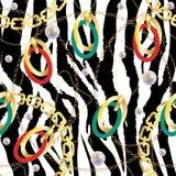 Modelo incons?til de la moda con las cadenas de oro y el estampado de zebra Fondo del dise?o de la tela con la cadena, accesorios foto de archivo