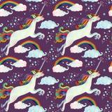 Modelo inconsútil del cuento de hadas de la acuarela con unicornio del vuelo, el arco iris, las nubes mágicas y la lluvia Fotos de archivo libres de regalías