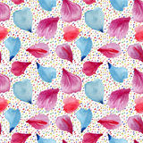 Modelo inconsútil: pétalos de flores rosadas, rojas y azules Fotografía de archivo