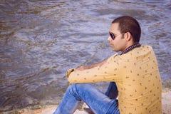 Modelo indio asentado en la esquina del río Fotos de archivo libres de regalías