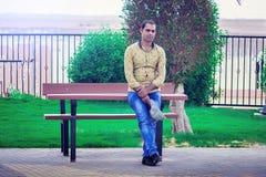 Modelo indio delante del banco Fotografía de archivo