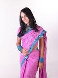 Modelo indio joven en sari rosada Imagenes de archivo