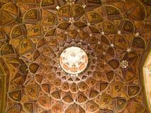 Modelo islámico en la decoración del techo de madera y del espejo en Chehel Fotos de archivo