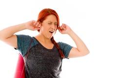 Modelo isolado no fundo liso que obstrui as orelhas Imagem de Stock