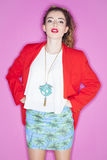 Modelo joven de moda que presenta con ropa de moda Imágenes de archivo libres de regalías