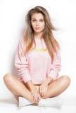 Modelo joven de moda que presenta en estudio Imagen de archivo libre de regalías