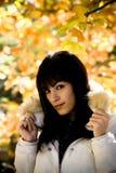 Modelo joven en fondo de las hojas Foto de archivo libre de regalías