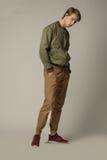 Modelo joven en zapatillas de deporte rojas y ropa moderna fotografía de archivo libre de regalías
