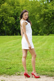Modelo joven feliz en el vestido sexy blanco imágenes de archivo libres de regalías