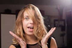 Modelo joven feliz hermoso con el pelo en una cara Foto de archivo