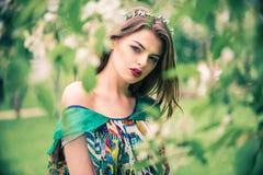 Modelo joven hermoso atractivo en vestido colorido en jardín del verano Fotos de archivo libres de regalías