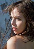 Modelo joven hermoso con el pelo que sopla en viento Imagenes de archivo
