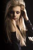 Modelo joven hermoso con el pelo rubio enorme que presenta en el estudio Fotos de archivo