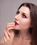 Modelo joven hermoso con maquillaje brillante Fotos de archivo libres de regalías