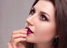 Modelo joven hermoso con maquillaje brillante Imágenes de archivo libres de regalías