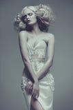 Modelo joven hermoso del encanto de la moda Vestido blanco a del estilo de Vogue imagen de archivo libre de regalías