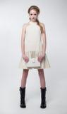 Modelo joven hermoso en alineada blanca contemporánea Imágenes de archivo libres de regalías