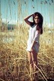 Modelo joven hermoso en la playa Imagen de archivo libre de regalías