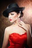Modelo joven hermoso en sombrero en el fondo en estudio Foto de archivo libre de regalías