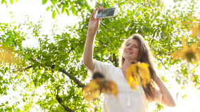 Modelo joven hermoso que hace el selfie cerca de los girasoles HD almacen de metraje de vídeo