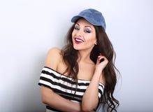 Modelo joven sonriente del maquillaje del diente hermoso en casquillo azul de la moda Foto de archivo libre de regalías