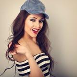 Modelo joven sonriente dentudo hermoso del maquillaje en casquillo azul de la moda Fotografía de archivo libre de regalías