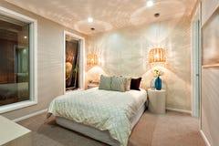 Modelo ligero dibujado en la pared usando las lámparas de bambú en el dormitorio de lujo foto de archivo