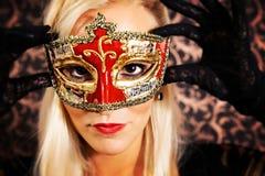Modelo ligero elegante vestido del pelo que lleva una máscara Fotografía de archivo