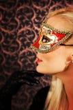 Modelo ligero elegante vestido del pelo que lleva una máscara Fotografía de archivo libre de regalías