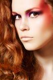 Modelo lindo con maquillaje de la manera de la fantasía, pelo largo Foto de archivo